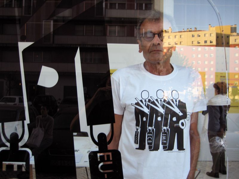 Harun Farocki wearing T-Shirt with Lisbon pictogram, designed by Alice Creischer and Andreas Siekmann